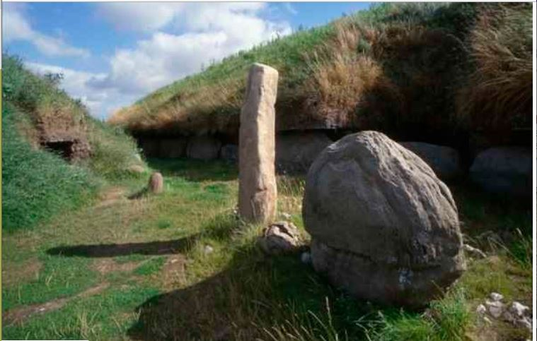 knowth standing stone at entrance
